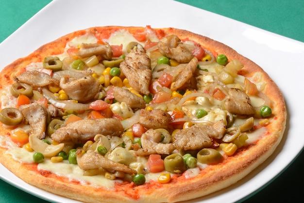 野菜とチキンピザ。ブラジルのピザ。