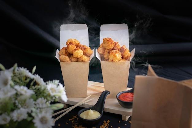 치킨 팝, 핫, 스모키, 스낵으로 검정색 배경.