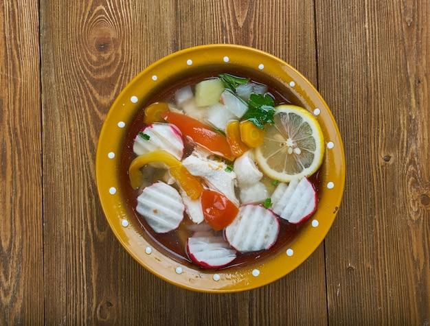 メキシコのゲレロのチキンポソレの伝統的な料理で、ホミニー、チキン、いくつかの付け合わせで作られています。