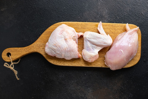 Куриное сырое мясо куски тушки птицы грудка, бедро, крылышки закуска