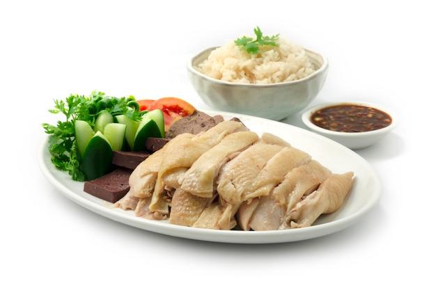 Рис с курицей рис по-хайнаньски на пару, подается с отварными куриными овощами