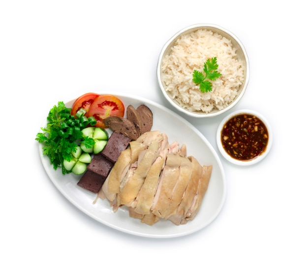 Рис с курицей рис по-хайнаньски на пару, подается с отварной курицей