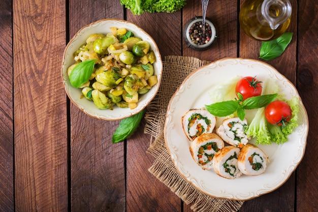 Куриные рулетики с зеленью, заправленные салатом. вид сверху