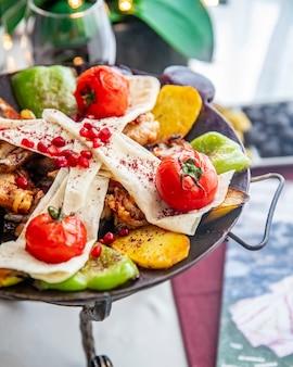 Куриный садж, картофель, помидор, перец болгарский, лаваш, гранат, вид сбоку