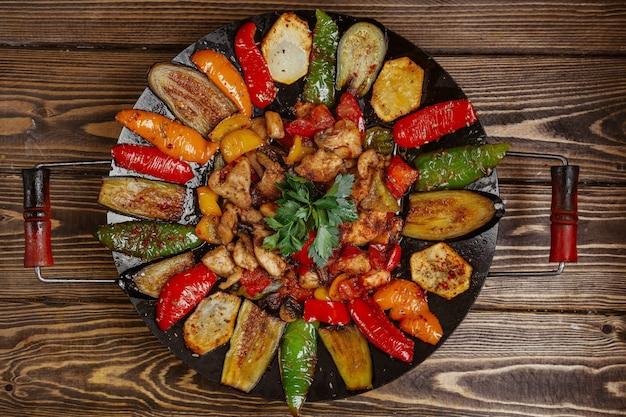 Куриный шалфей с картофелем болгарским перцем и баклажанами, приготовленные на углях