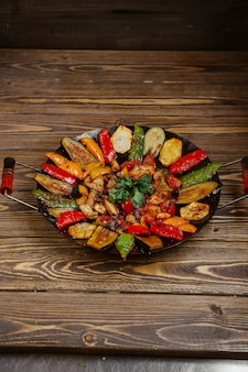 Куриный шалфей с картофелем болгарским перцем и баклажанами, приготовленными на углях