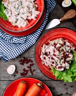 テーブルの上のマヨネーズとチキンサラダと野菜のサラダ