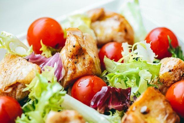 Куриный салат с помидорами черри, салатом и овощами для здорового питания, доставки еды и заказа онлайн.