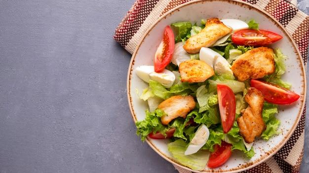 Куриный салат со свежими овощами. скопируйте пространство. вид сверху