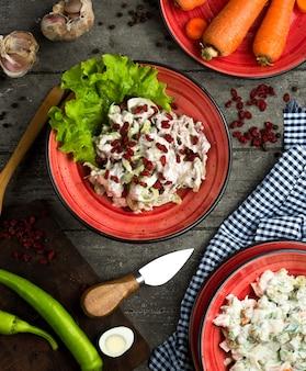 テーブルにマヨネーズとメギのチキンサラダ