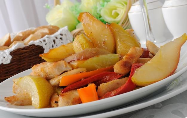 달콤한 고추와 배를 곁들인 치킨 샐러드