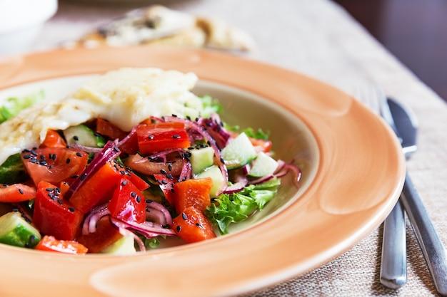 Куриный салат с помидорами, луком, огурцами и сыром