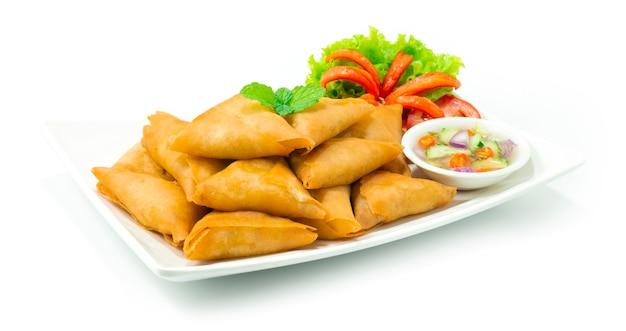 치킨 사모 사 (chicken samosa)는 딥 프라이 스낵입니다. 속은 카레 다진 치킨과 함께 맛있는 혼합물, 양파, 생강, 마늘, 향신료입니다.