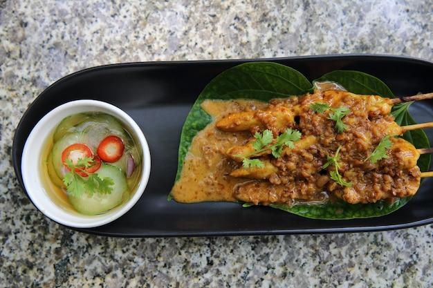 Куриный сатай крупным планом, азиатская кухня