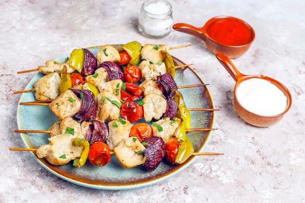 チキンシシカバブ、野菜、ケチャップ、マヨネーズ、トップビュー