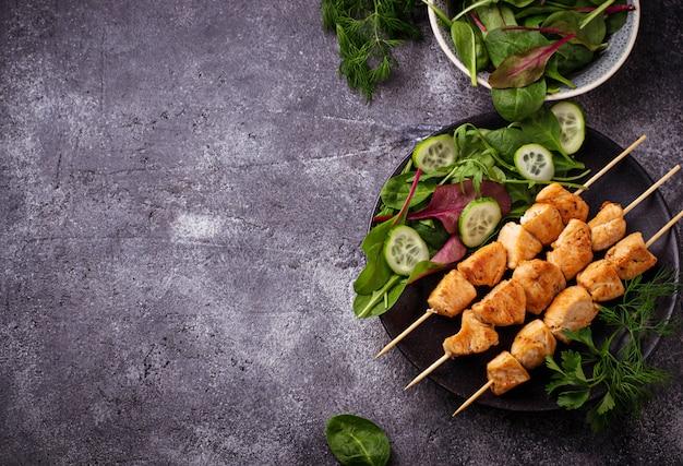 Куриные шашлыки с зеленым салатом. выборочный фокус