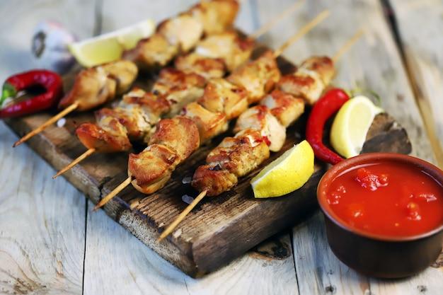Куриные шашлычки на деревянных палочках