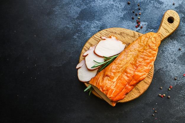 鶏肉のスモーク肉の胸肉または七面鳥料理