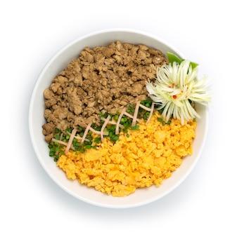 Цыпленок соборо дон с яйцом омлет весенний лук японская кухня традиционная чаша для риса