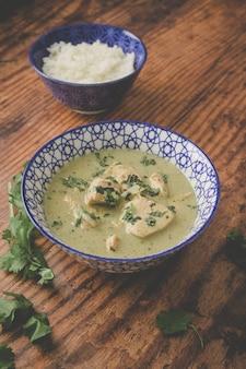 나무 표면에 치킨 수프와 밥 한 그릇