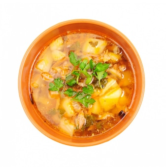 Блюдо из куриного супа, изолированное на белом