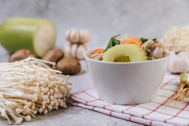 Куриный суп с кукурузой, грибами шиитаке, эноки и морковью.