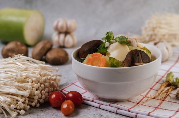 とうもろこし、椎茸、えのき茸、にんじん入りチキンスープ。