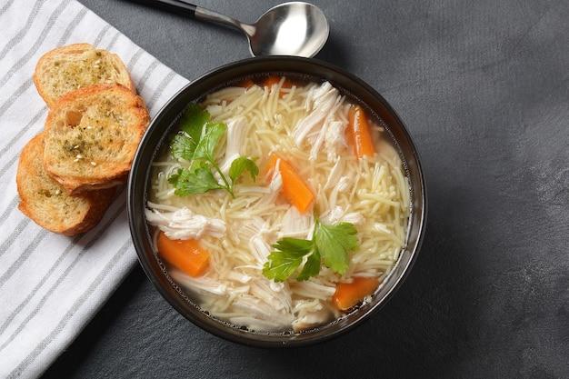 Куриный суп с лапшой и овощами в миске