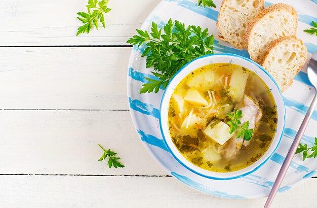 Куриный суп с лапшой и овощами в миске. вид сверху, над головой, копией пространства