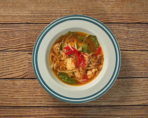 국수 버섯 피망과 시금치를 곁들인 치킨 수프
