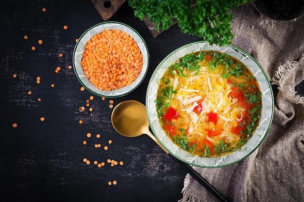 赤レンズ豆とパプリカのチキンスープ。伝統的な地中海料理。健康食品。上面図、上