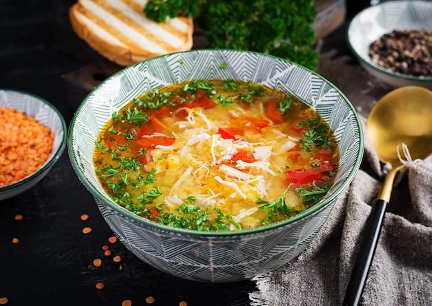 赤レンズ豆とパプリカのチキンスープ。伝統的な地中海料理。健康食品。