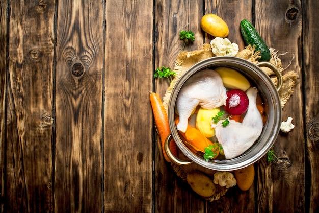 大きな鍋に野菜入りチキンスープ