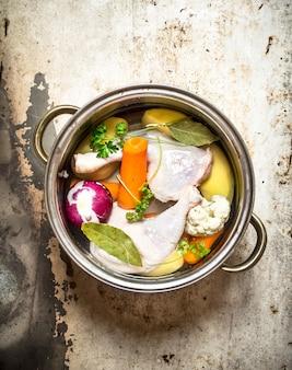 野菜入りチキンスープ。素朴な背景に。