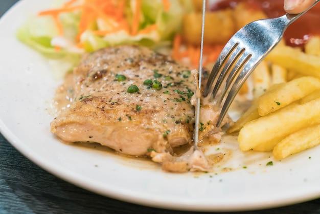 Bistecca di pollo e salsa di peperoni