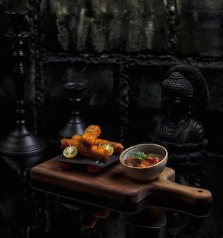 Куриные палочки и миска томатного супа