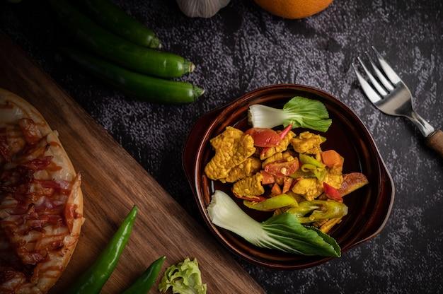 치킨 볶음 칠리 피망, 토마토, 당근과 함께