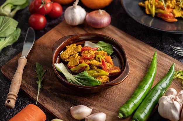 Куриный жареный перец чили с болгарским перцем, помидорами и морковью