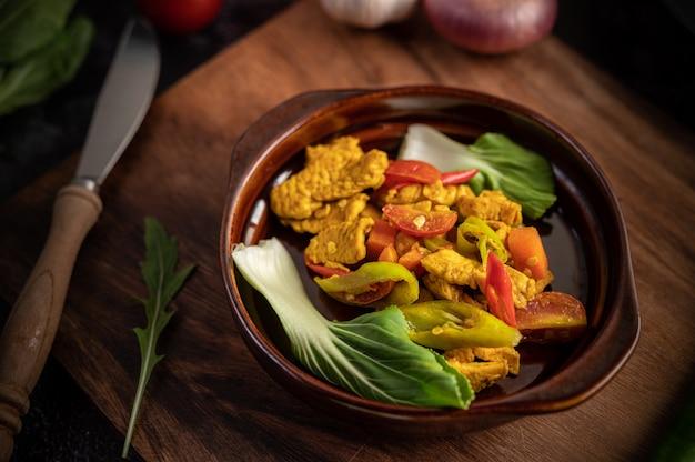 Chicken stir fried chili insieme a peperone, pomodori e carote