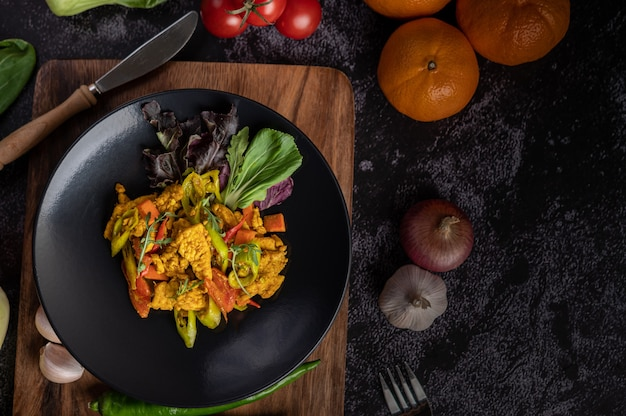Chicken stir fried chili along with bell pepper, tomatoes and carrots