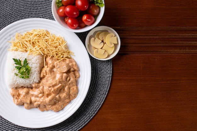 チキンストロガノフとご飯、サラダ、ポテトストロー