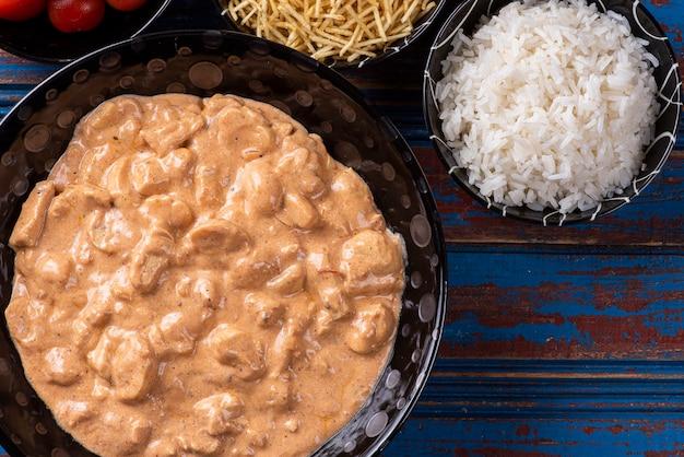 Куриный бастроганов с рисом, салатом и картофельной соломкой