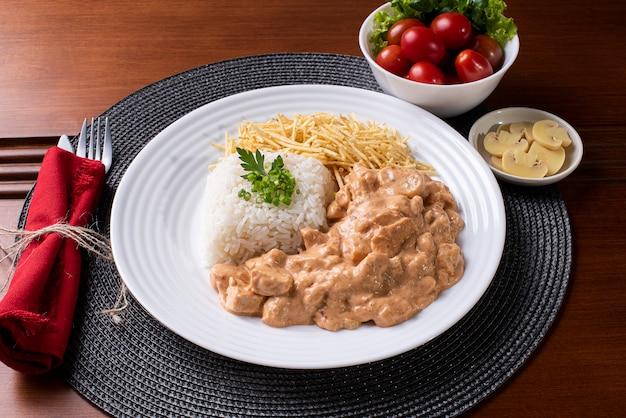 チキンストロガノフにご飯、サラダ、ポテトストローを添えて。