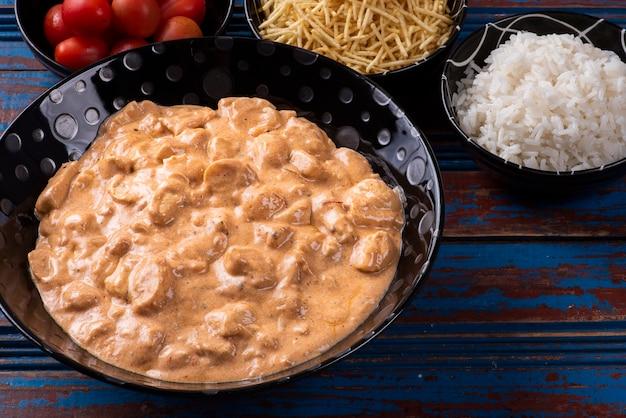 쌀, 샐러드, 감자 짚을 곁들인 치킨 스트로가 노프.