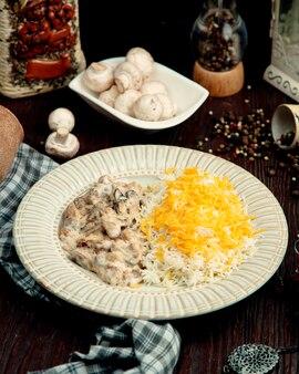 Куриный бефстроганов с рисом на столе