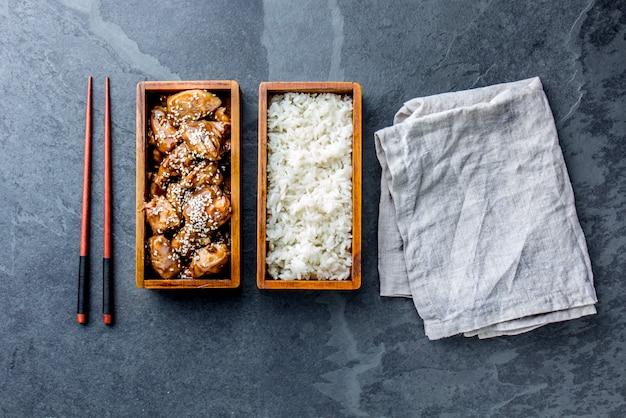 木製お弁当弁当箱入りご飯と鶏の照り焼き