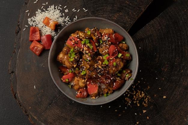 Куриное бедро, соус терияки, рис, перец и имбирь
