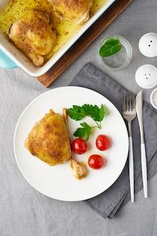 Куриные бедра с помидорами и чесноком