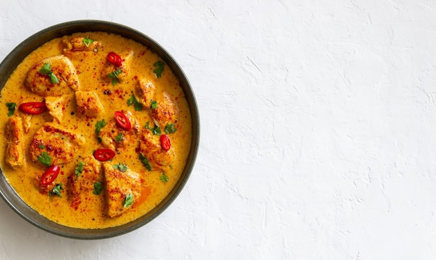 チキンティッカマサラカレーとハーブとピーマン。インド料理。郷土料理。