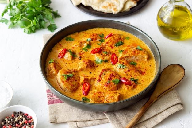 Куриное карри тикка масала с зеленью и перцем. индийская еда. национальная кухня.